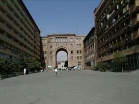 そのエレブニホテルから中央広場に向けての景色