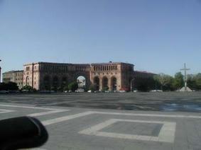 同じく中央広場から。この裏にエレブニホテルがある