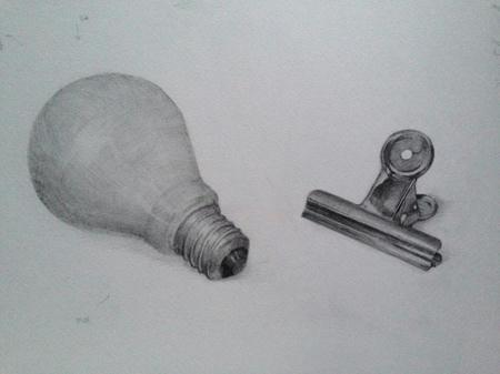 鉛筆デッサン:電球とクリップ  モノクロ 白黒 金属 白色ガラス