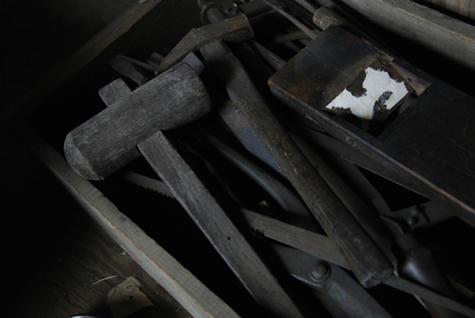 発掘された品_工具の山_090525