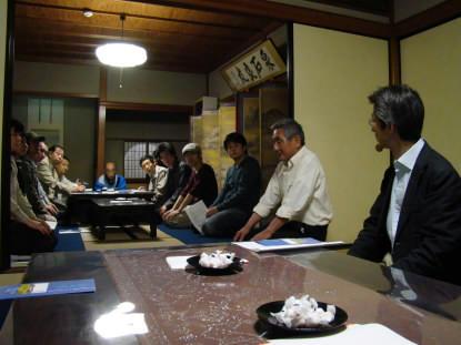 松本社長の説明を聞いています。