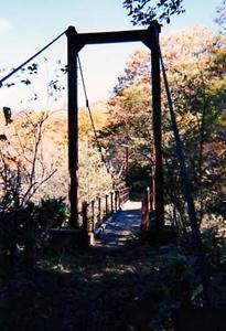 矢沢川にかかる吊り橋