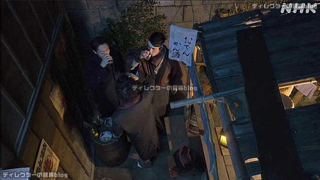 3人が夜空に乾杯するシーンのカメラアングル