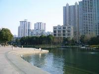 湖濱路の横の太平橋人口湖公園の様子
