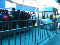 バス停に並ぶ