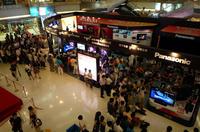 テレビの前に集まった人々
