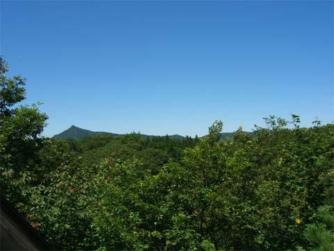 山小屋の屋上からの見晴らし。見事な晴天!
