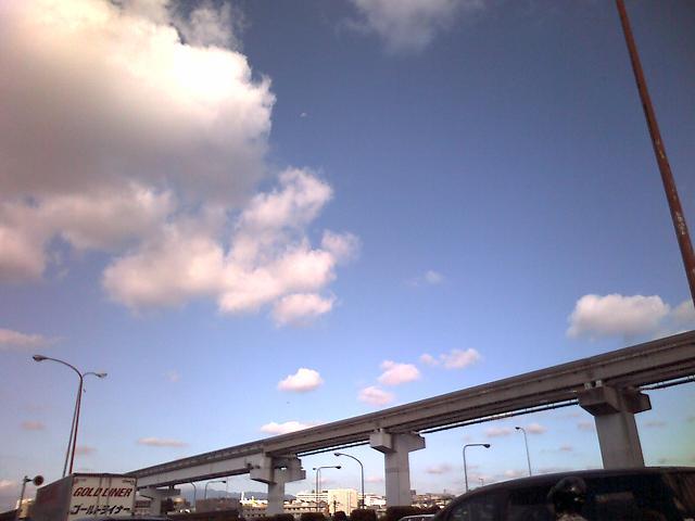モノレールと雲