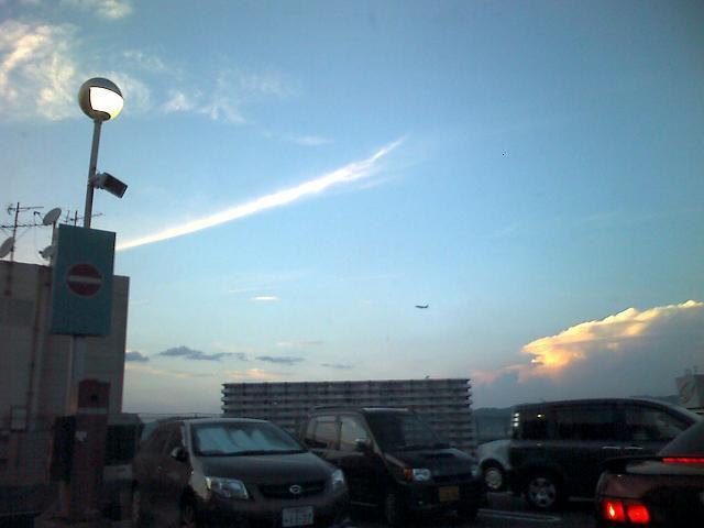 秋の雲と飛行機