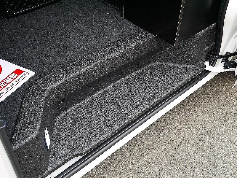 新車 ステップLINE-X塗装 ハイエースワゴン