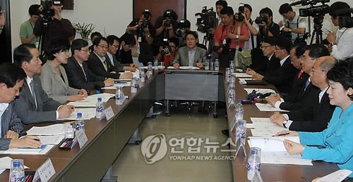 新型インフルエンザ関係官庁合同会議のようす=31日、ソウル(聯合ニュース)