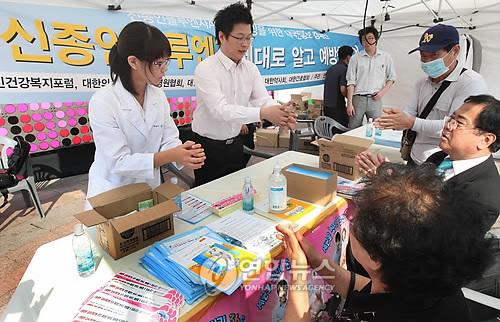 感染を防ぐため、ソウル市庁前広場では予防策の広報キャンペーンが行われている=15日、ソウル(聯合ニュース)