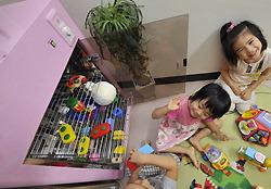 殺菌保管庫から玩具を取り出して遊ぶ子供たち=東京都江東区の白河かもめ保育園で