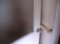 手すりのせいで閉まらないドア。