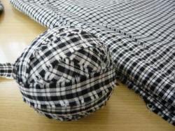 黒と白のチェックの布。