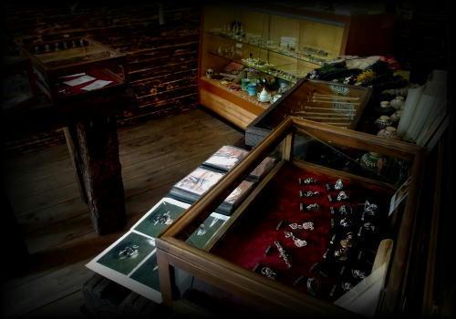 店内には茨城を拠点に活躍する様々な作家の作品が並ぶ。。。