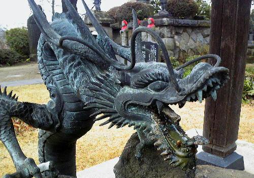 お寺の入り口にいる龍