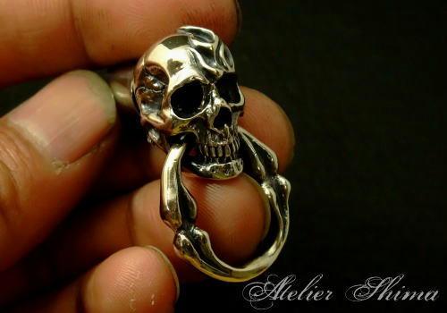 スカルが咥えるリングはキーホルダー等に引っ掛ける時に役に立つ。