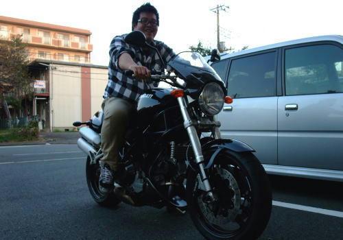トサQが乗るとバイクが小さく見えますね。愛車のビューエルと比べていかがですか?
