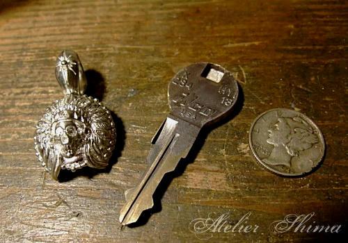 このカスタムキーでは、リバティー銀貨が重要な役割をしてくれます。