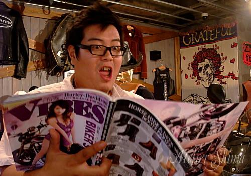 おや?どうやら、ライバル誌の記事が気になるみたいですね。。。