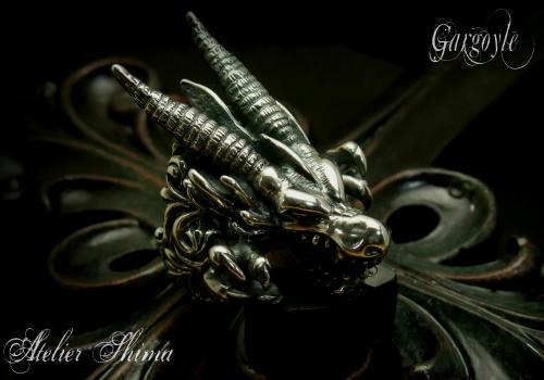 伝説の生物ガーゴイルを厳かな雰囲気で表現したリング。