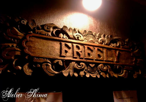 夕鶴店内にはFREELYのシルバーアクセサリーが並びます。