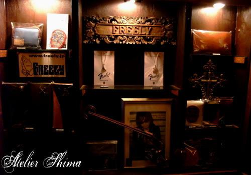 アンダーグラウンド居酒屋「夕鶴」にはFREELYの作品が並んでおります。
