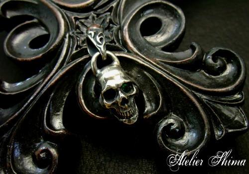 Skull Pendant の片目のエメラルドをセッティング!
