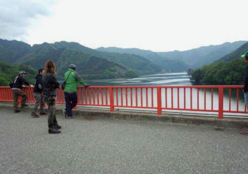 草木ダムを眺める一同。