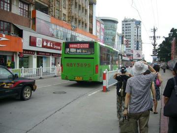 市内観光へバス下車