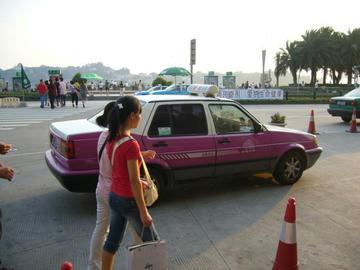 豪華ホテル前のタクシー