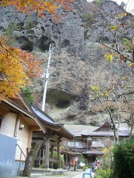 崖の下の岩屋寺