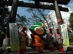 熊野詣装束の女性と二の鳥居で記念撮影