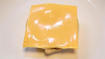 チェダーチーズスライスをのせて