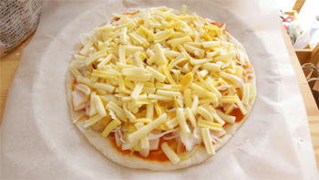 オーブン入れる前のピザ