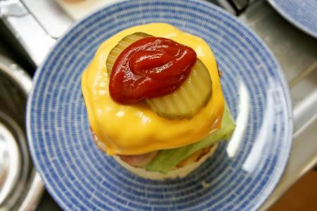 ベーコンチーズハンバーガーにパティとチーズとピクルスそれからケチャップ