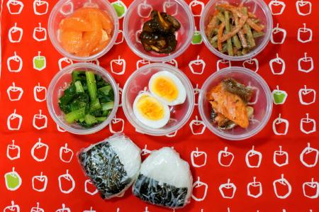 塩むすび小松菜ゆで卵鮭ごぼうサラダ胡瓜漬物グレープフルーツ
