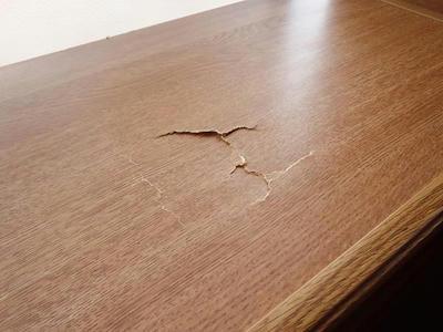 本棚の天板の割れを100円ショップの商品で補修する