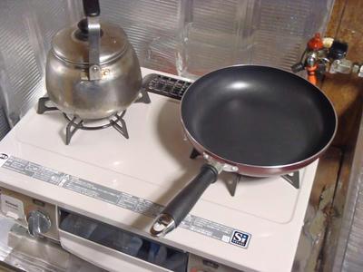 リンナイ(Rinnai)ガスコンロ KGM33NBEL-LPにヤカンとフライパンを置いたところ