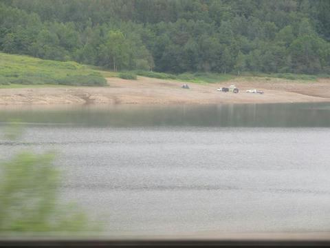 根室本線からかなやま湖を望む
