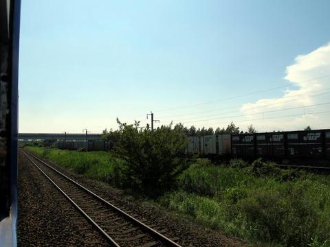 室蘭本線車内から千歳線貨物列車を望む