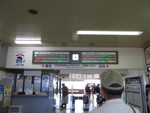 苫小牧駅改札口・発車標