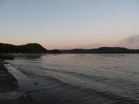 朝の呼人浦キャンプ場から網走湖を望む