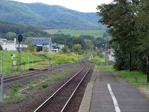 生田原駅ホームから網走方面を望む