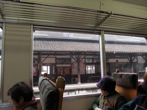 肥薩線車内から見た坂本駅駅舎