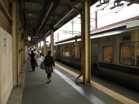 新札幌駅ホームに停車中のサハ733-3207