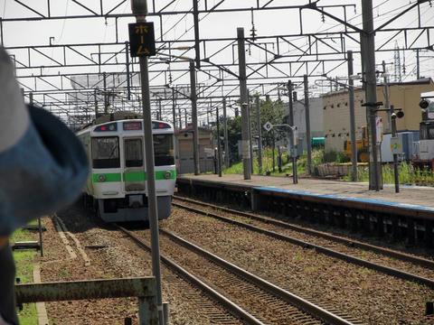 島松駅を通過する快速エアポート