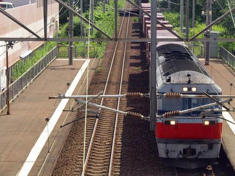 恵み野駅を通過するDF200-118牽引貨物列車