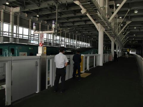 新函館北斗駅12番線に入線するE5系